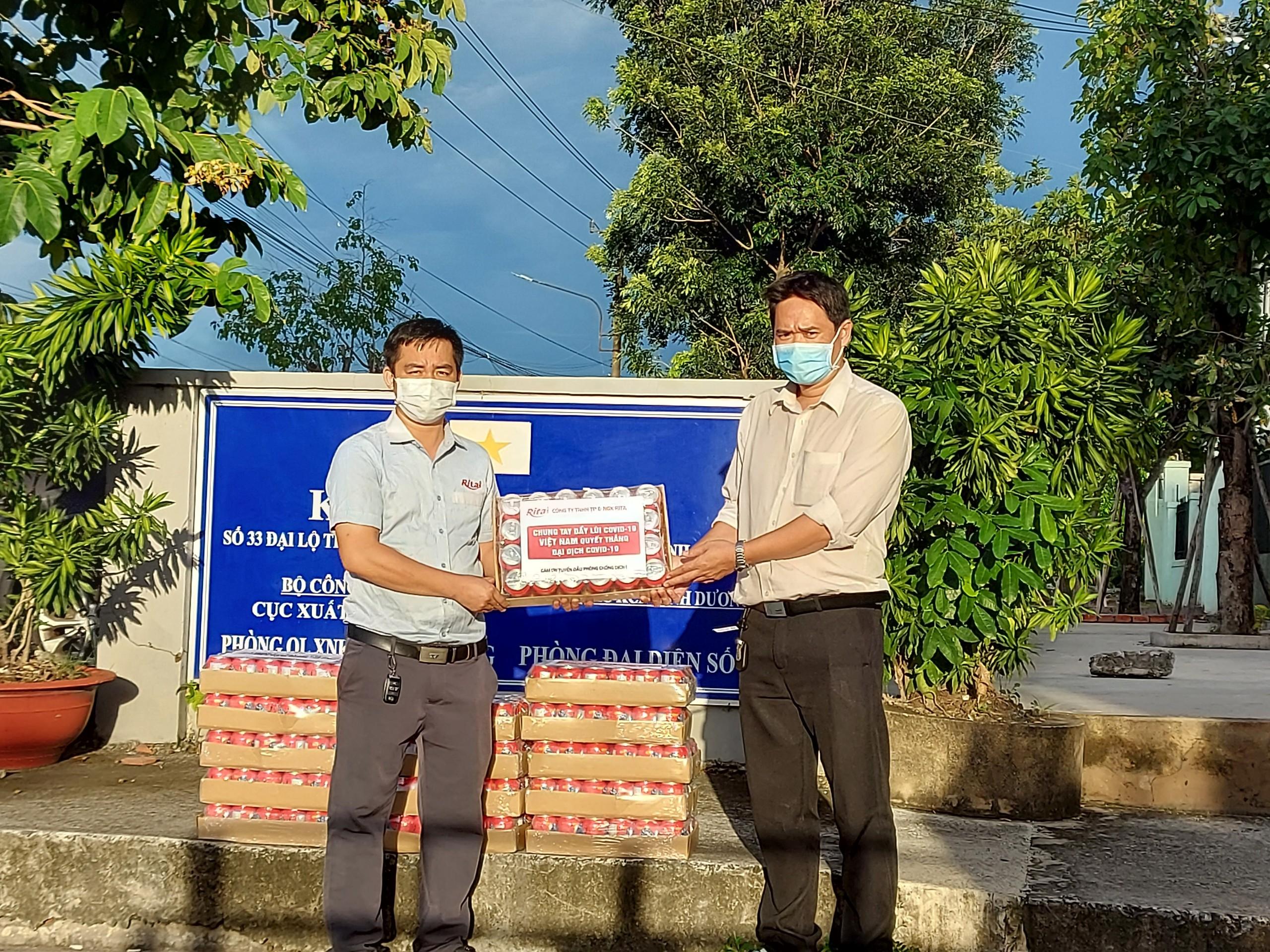Rita tặng nước giải khát cho ban quản lí Kcn Sóng Thần 2