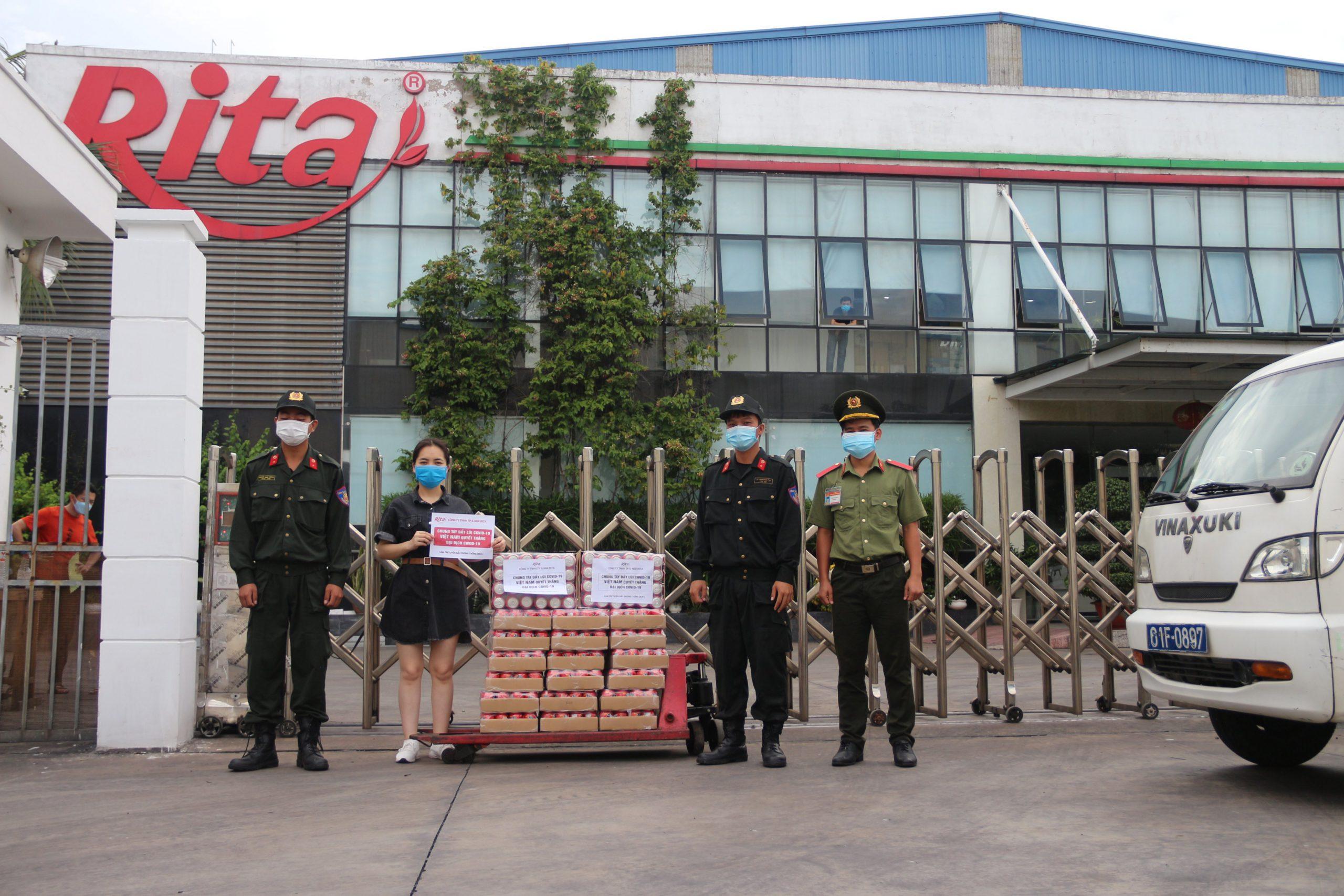 Đại diện Rita tặng nước giải khát cho công an Kcn Sóng Thần 2