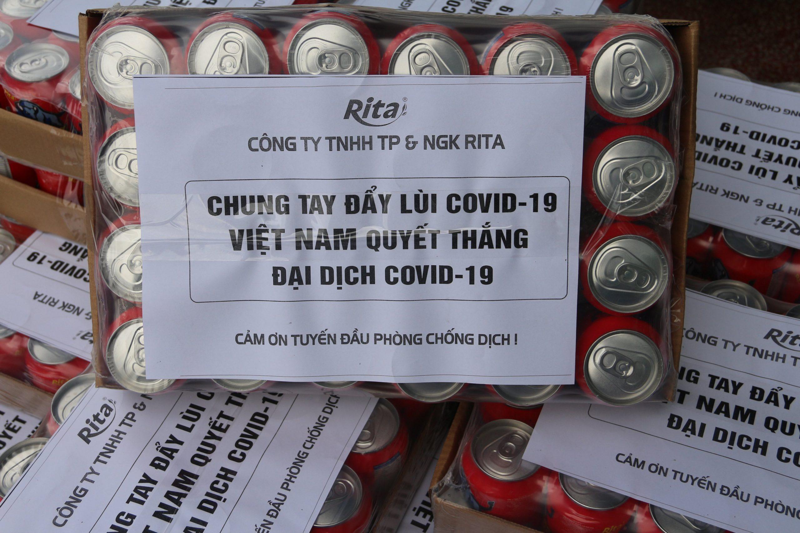 Rita tặng quà cho các chiến sĩ đang ngày đêm chống dịch