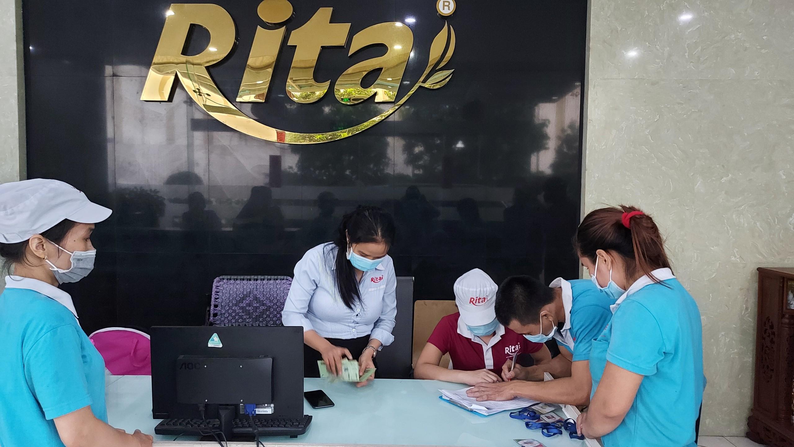 Phát tiền cho công nhân viên RITA nhân dịp trung thu