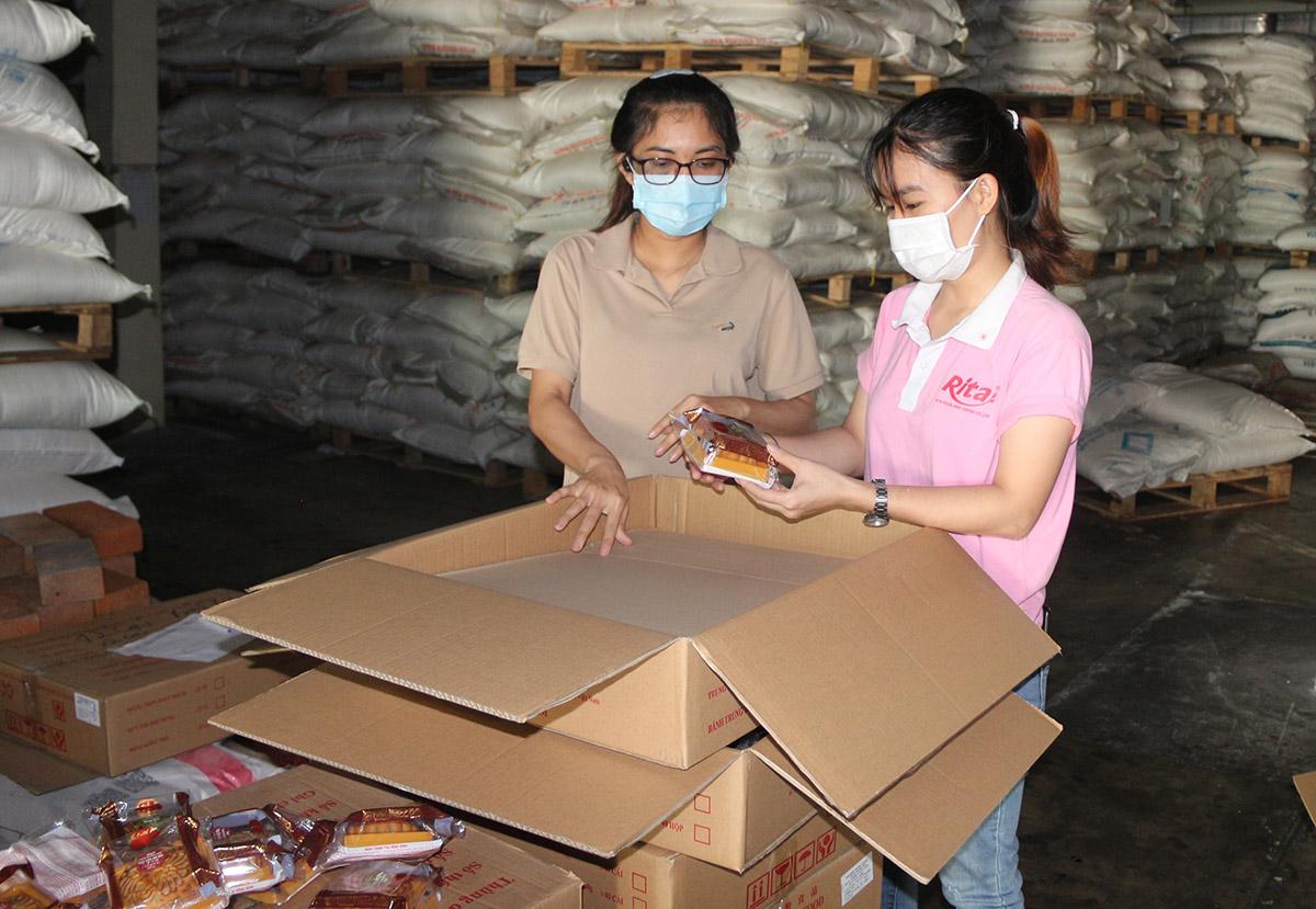 Trao bánh trung thu cho công nhân viên RITA